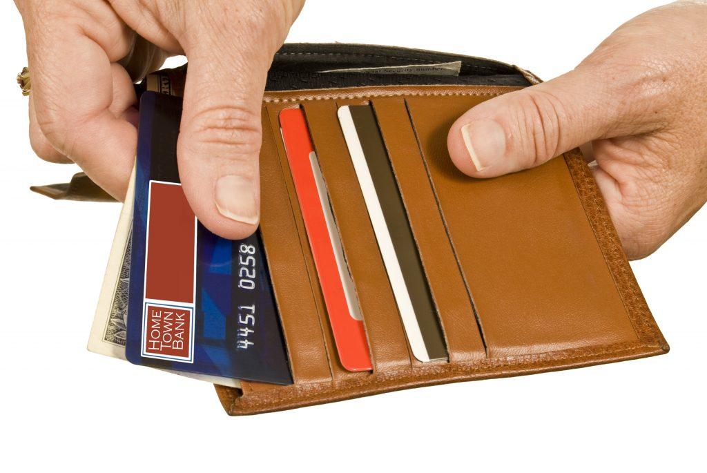 hands paying with debit or credit card rte ZapNs 1 1024x685 - I 7 Punti che ti rendono uno sfigato...