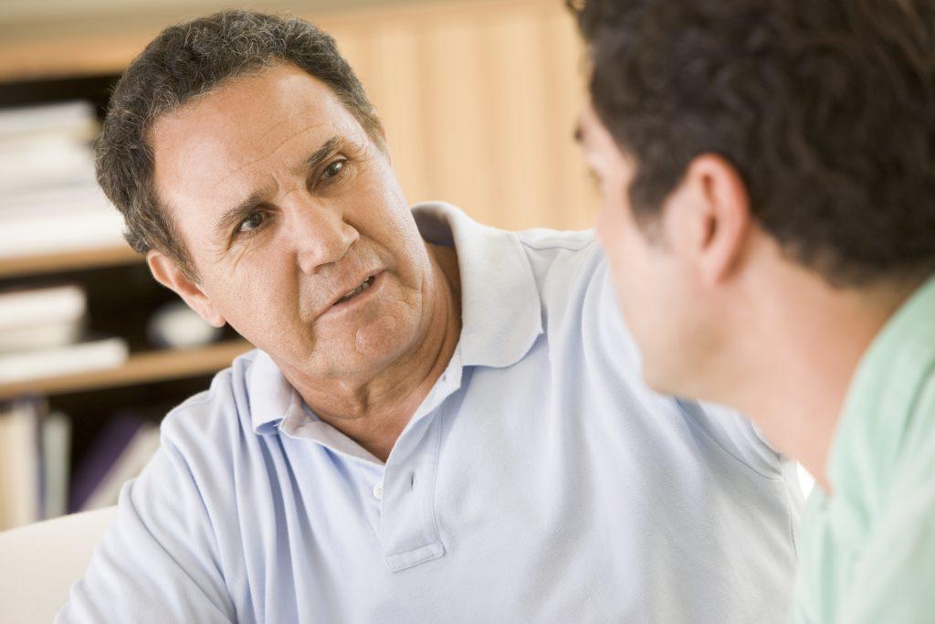 two men in living room talking SFfIPcRSs 1024x683 - I 7 Punti che ti rendono uno sfigato...